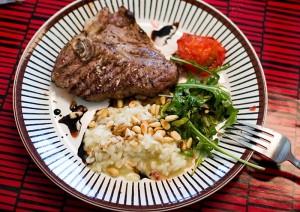 Kalvkotletter, risotto och soltorkad tomat-sallad