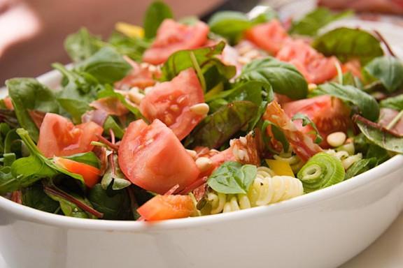 Pesto-pastasallad med salami